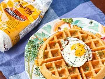 Gofres salados con queso cheddar, eneldo y jamón: ¡obtenga la deliciosa receta fácil de gofres en RachelCooks.com!