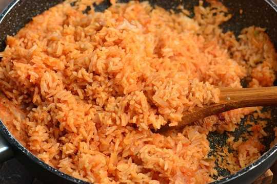 Muela el arroz cocido y agregue el cilantro