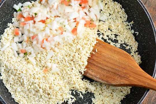 Freír el arroz primero antes de hervirlo