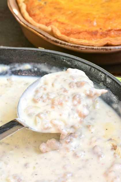 Quiche con salsa de salchicha. El quiche de salchicha cremoso y esponjoso se hizo más reconfortante al agregar salsa de salchicha casera en la parte superior. # desayuno # desayuno #quiche #quiche #huesos # salchicha # salsa