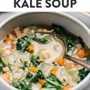 Imagen de Pinterest para sopa de col rizada de frijoles blancos con tocino.
