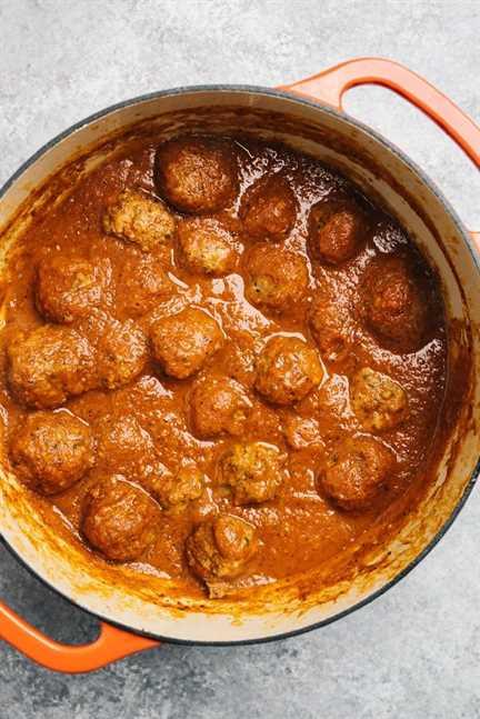 Albóndigas y salsa marinara en una olla