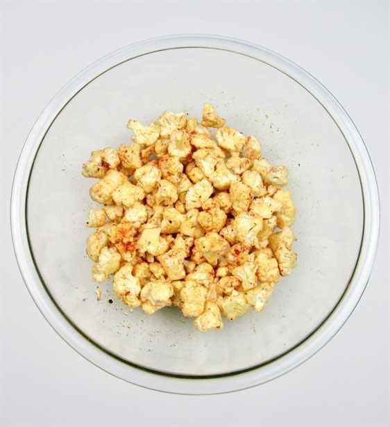 coliflor con especias en recipiente de vidrio