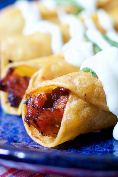 Un clásico mexicano de comida reconfortante recibe un toque de Texas: ¡los taquitos de cerdo a la barbacoa son rápidos, fáciles y francamente adictivos!