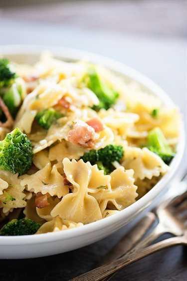 ¡La pasta favorita de todos los tiempos de nuestra familia que TODOS comen sin quejarse! ¡Cargado con tocino, brócoli y queso y listo en solo 20 minutos!