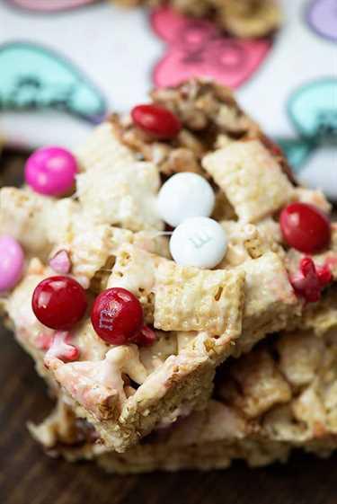 Estas golosinas de San Valentín están hechas con Chex, malvaviscos y muchos dulces de San Valentín.