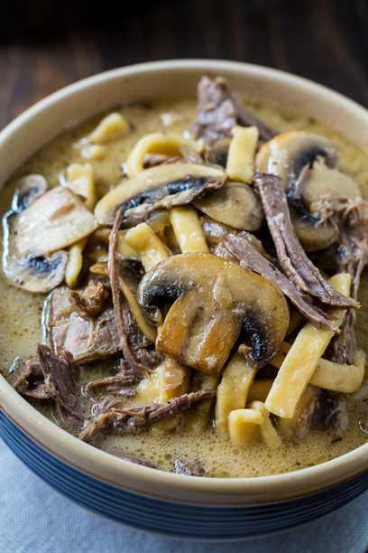 Receta de carne de res y fideos con champiñones a fuego lento
