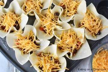 ¡Prueba esta receta fácil de tazas de tacos Wonton! Las mini tazas de taco son perfectas para alimentar a una multitud o solo a tu familia. ¡La receta de tazas de taco wonton será un éxito! ¡Están llenos de deliciosas tacos de carne, queso y más!