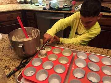 pastel funfetti - llenar los cupcakes
