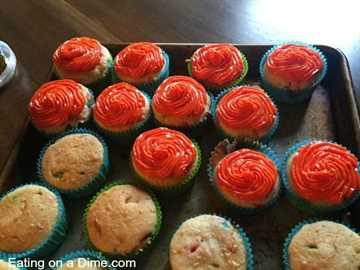 pastelitos de pastel funfetti fáciles - agregue glaseado