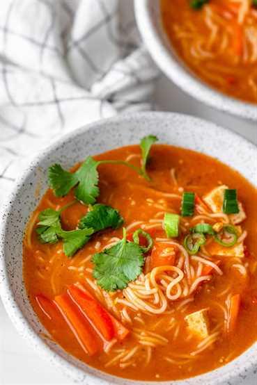 Sopa de fideos rojos con cilantro fresco