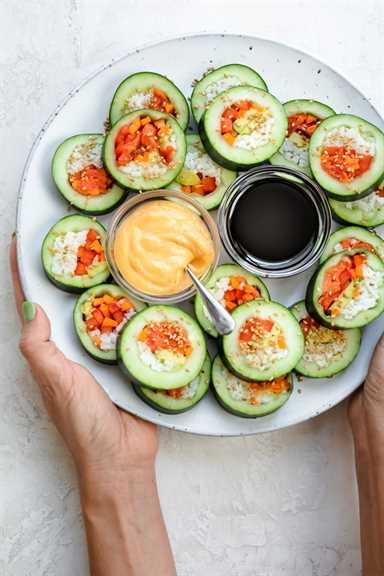 Dos manos sirviendo un plato grande de sushi de pepino