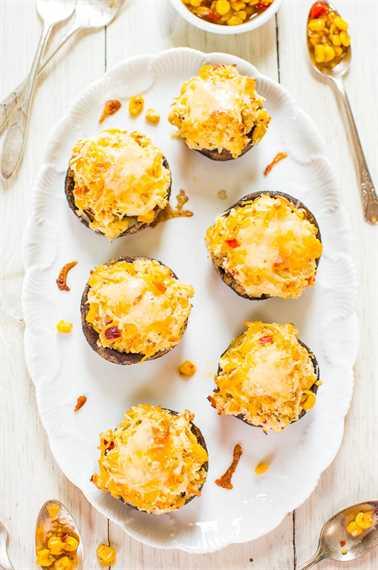 Champiñones Portobello rellenos de triple queso y maíz - ¡A los fanáticos de los champiñones les encantarán! Rellenos al máximo con queso! ¡Oh si!