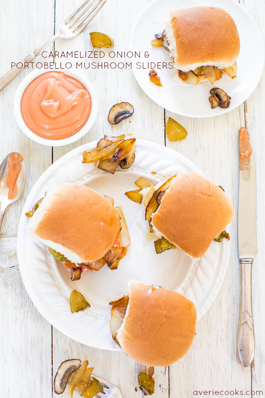 Deslizadores de cebolla caramelizada y champiñones Portobello con salsa de alevines: ¡comida reconfortante sin carne en su máxima expresión! Abundante, satisfactorio y muy bueno!