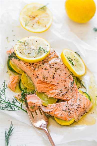 Salmón con eneldo de limón con verduras en pergamino: ¡Salmón tierno con verduras y es tan FÁCIL, saludable, listo en 20 minutos y cargado de audaz sabor a LIMÓN y eneldo! ¡Ponlo en la rotación de tu cena!