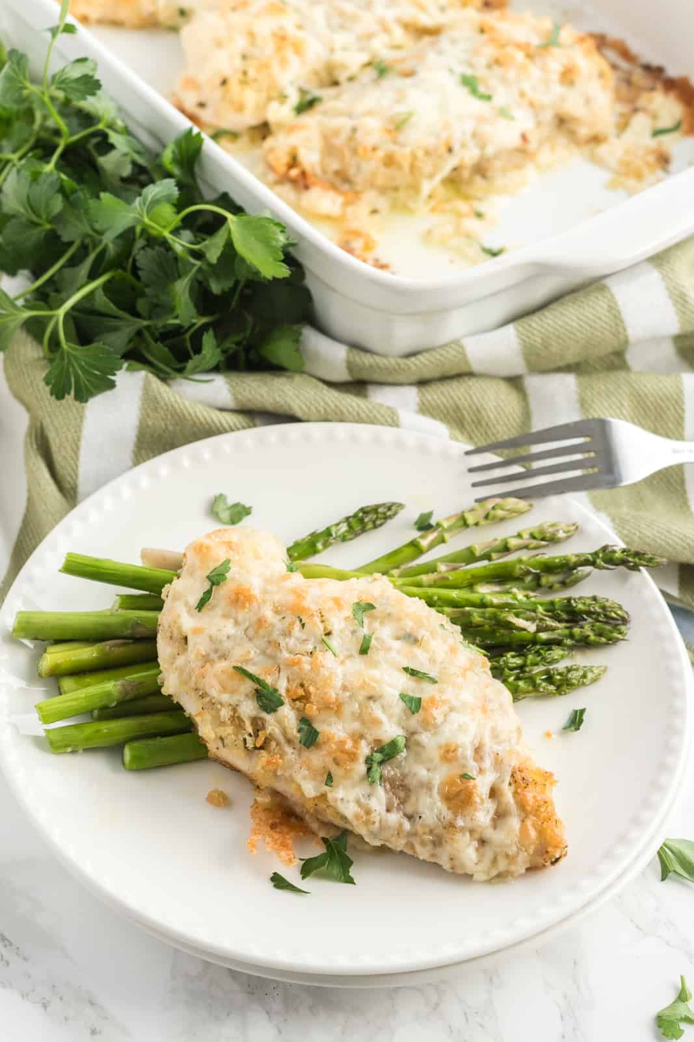 Pechuga de pollo en un plato con espárragos