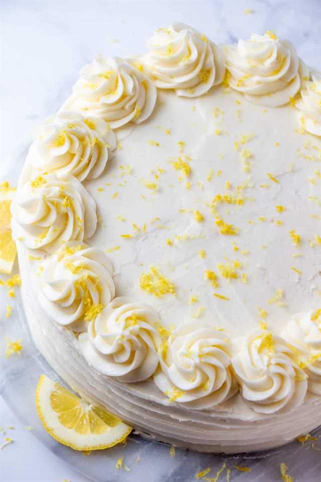 Foto de arriba que muestra la parte superior del pastel con remolinos y decoraciones de ralladura de limón