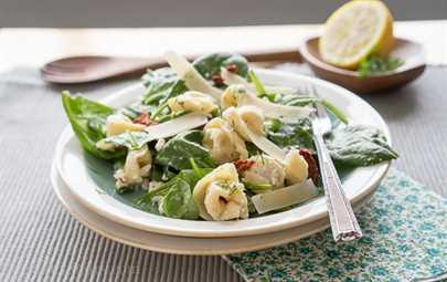 Ensalada griega de espinacas y tortellini