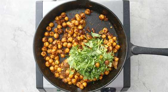 agregue cilantro picado a los garbanzos cocidos
