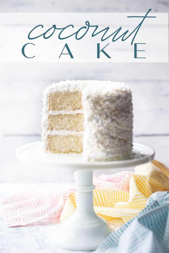 """Receta de pastel de coco de triple capa, horneado y servido en un pedestal blanco con una superposición de texto encima de """"Pastel de coco""""."""