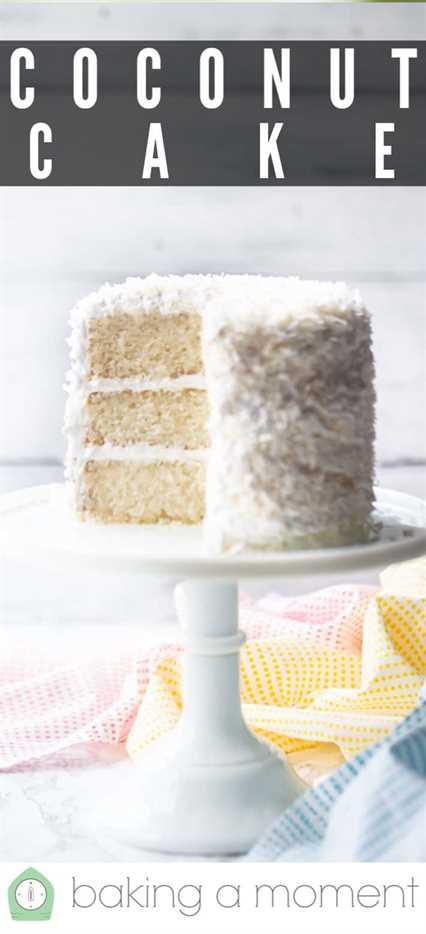 Receta de pastel de coco servido sobre un pedestal blanco con coco rallado.