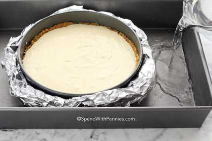 preparar un baño de agua para hornear un pastel de queso en una sartén