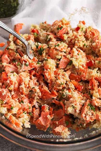 Ciérrese encima de la imagen de los ingredientes para las croquetas de color salmón mezcladas juntas en un tazón de fuente.