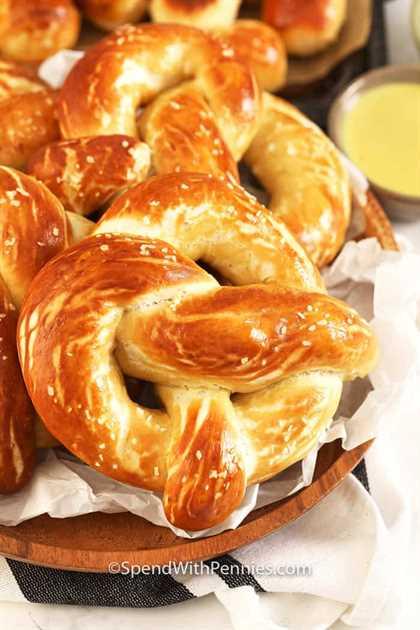 Pretzels suaves horneados en una cesta con salsa de mostaza y miel