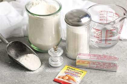 Ingredientes para hacer pretzels suaves en una encimera.