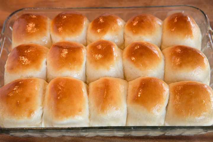 Cena rollos después de hornear y untar con mantequilla.