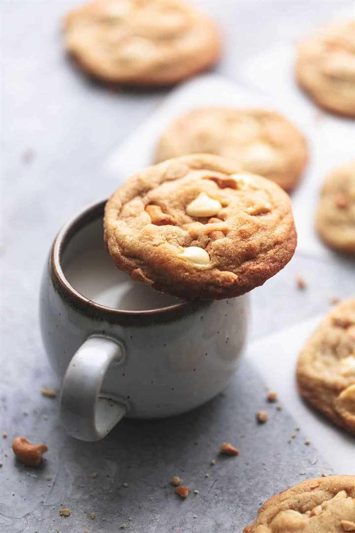 galleta de chocolate blanco y anacardo en una taza de leche