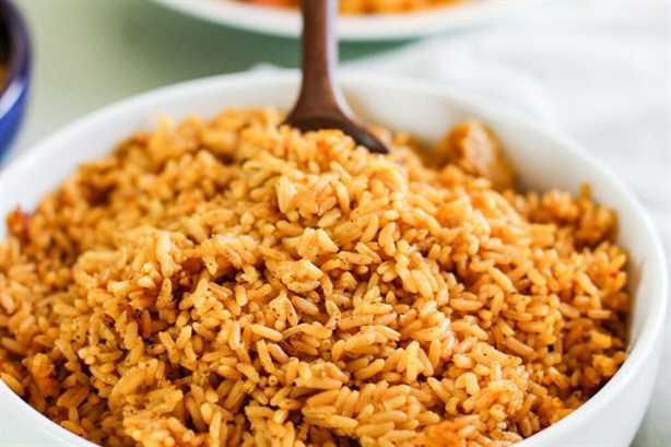 primer plano de arroz amarillo en un tazón blanco brillante