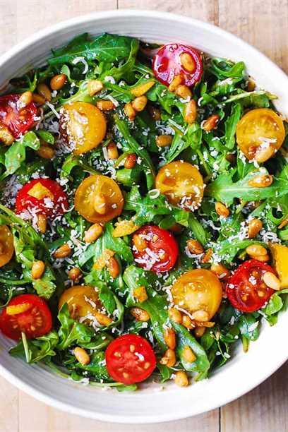 Ensalada de tomate rúcula con piñones, parmesano y aderezo balsámico
