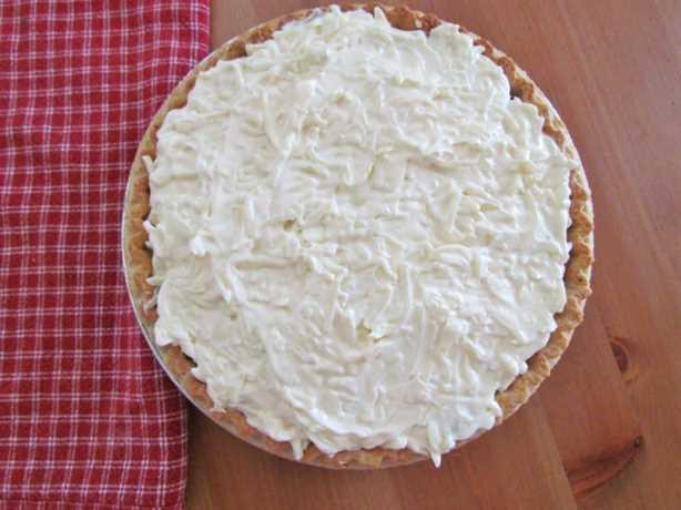 mezcla de mayonesa y mozzarella en capas sobre la mezcla de tomate y tocino en un pastel