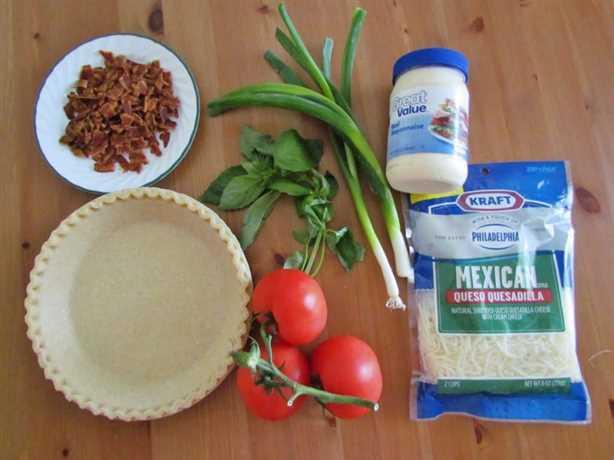 Ingredientes de la tarta de tomate: tomates, corteza de pastel congelada de 9 pulgadas, cebolla verde, albahaca, tocino picado, pimienta negra recién molida, mayonesa, queso mozzarella rallado