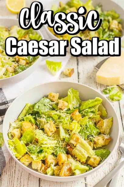 ¡Esta receta clásica de ensalada César es para amar! Tiene un aderezo César cremoso y picatostes caseros con mucho queso parmesano. ¡Una receta de ensalada César que hemos hecho durante tantos, muchos años! # Ensalada César # César