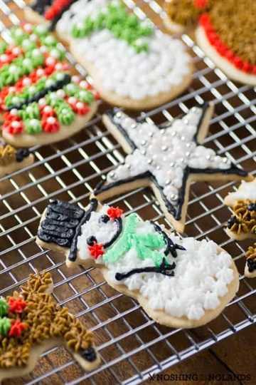 Surtido de galletas de azúcar de Navidad decoradas.