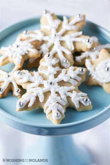 Copo de nieve Sugar Cookies en un pedestal azul pálido.