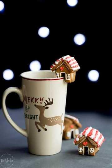 Mini Gingerbread Mug Topper en el lateral de una taza de vacaciones.