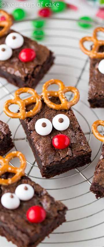 Rudolph Brownies en una rejilla para enfriar.