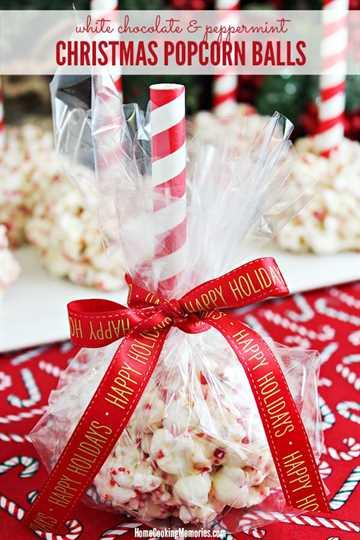 Bolas de palomitas de Navidad envueltas en violonchelo y atadas con una cinta navideña.