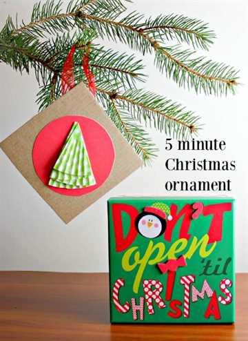 Adorno navideño de 5 minutos colgando de un árbol.