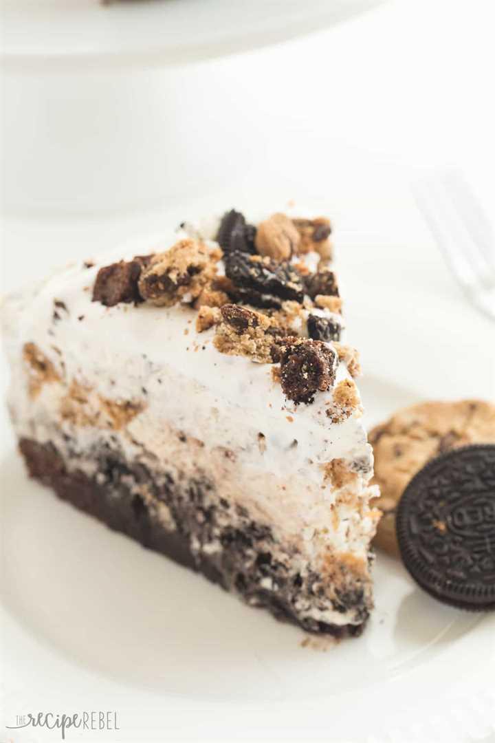 ¡El último pastel de helado! ¡Una base de brownie cubierta con una capa de helado Oreo sin batir, migajas de chocolate, una capa de helado de galleta con chispas de chocolate y luego cubierta con crema batida!
