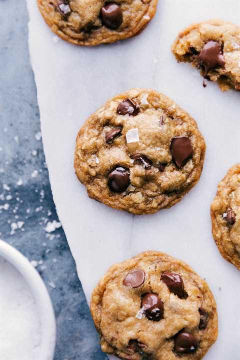 Imagen de arriba de las galletas de chispas de chocolate de mantequilla marrón listas para comer con sal marina espolvoreada en la parte superior