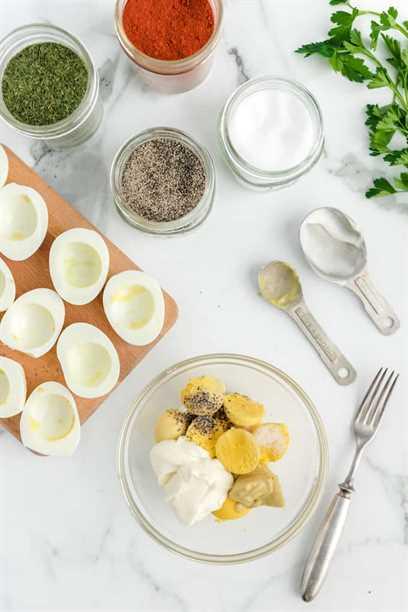 saca la yema y mezcla los ingredientes