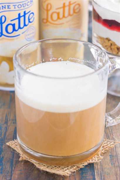 Este parfait de desayuno con queso y arándanos es la mejor manera de comenzar el día. El yogur griego de vainilla se infunde con queso crema y luego se combina con arándanos para obtener el mejor postre. Ligero, cremoso y lleno de sabor, ¡este desayuno o merienda fácil es perfecto para todos!