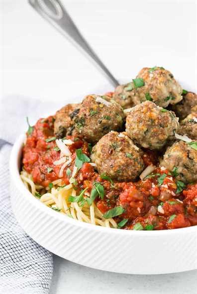 Imagen de espagueti y albóndigas en un tazón