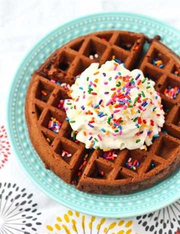 Brownie Waffles - Brownies en menos de 6 minutos de principio a fin. ¡Obtén la receta FÁCIL en RachelCooks.com!