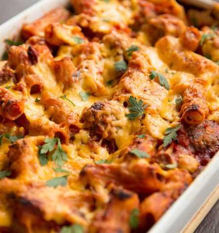 Albóndigas Pasta Hornee recién salido del horno adornado con perejil