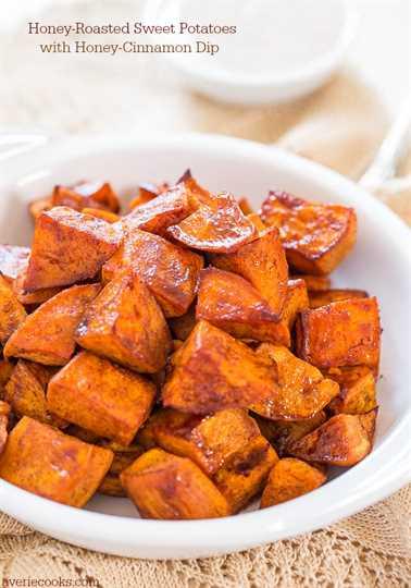 Batatas asadas con miel y salsa de miel y canela: el glaseado de miel y la salsa cremosa de canela hacen que estas papas sean irresistibles.